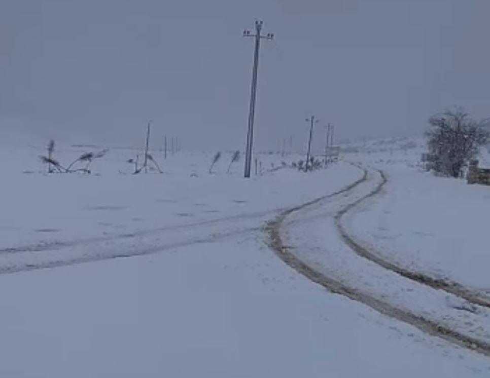 Vijojnë reshjet e borës në Librazhd, rrugët të kalueshme