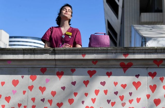 Të paktën 150,000 zemra të vizatuara me dorë për viktimat e Covid-19 në Britaninë e Madhe