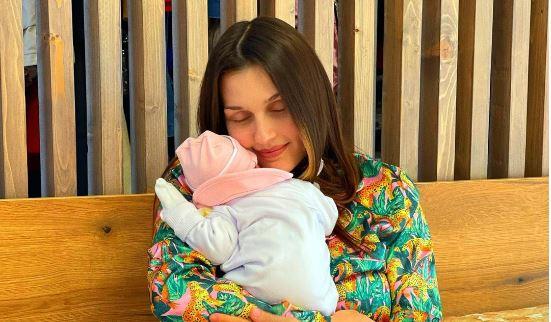Eliona Pitarka zbulon për herë të parë emrin e të bijës së porsalindur