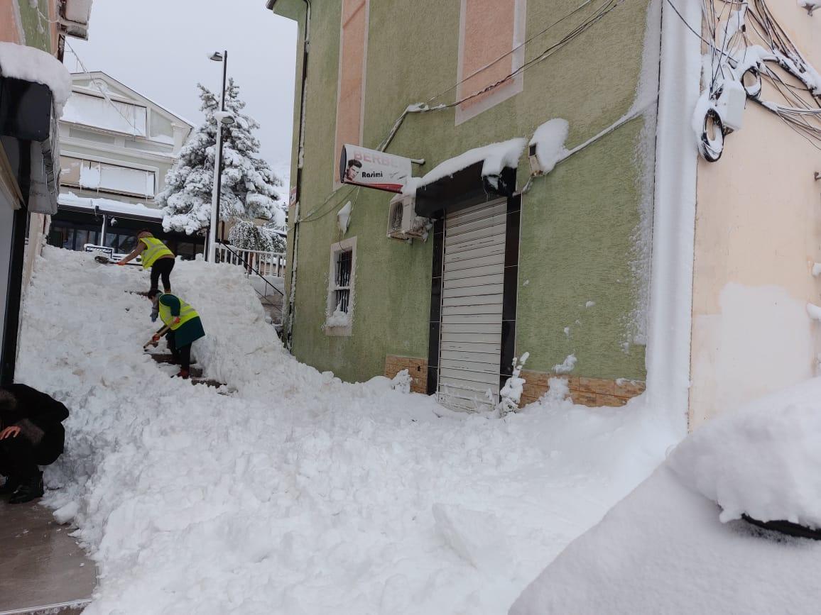 Bulqiza nën pushtetin e borës, qytetarët të bllokuar