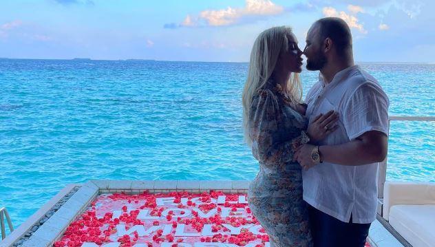 """VIDEO/ Fjolla thotë """"Po"""" si nëpër filma, biznesmeni i propozon për martesë në Maldive"""