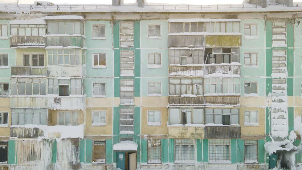 """FOTO/ Temperatura deri në -50 gradë celsius, qyteti rus """"pushtohet"""" nga akulli"""