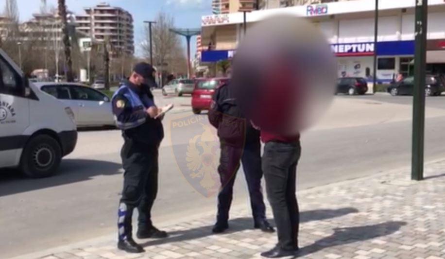 Pa maskë në rrugë, policia gjobit qytetarët e pabindur