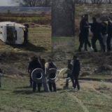 """VIDEO/ Autoambulanca përfundon në kanal, shoferët e """"zgjidhin"""" me grushte"""