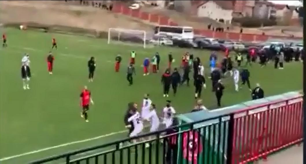 VIDEO/ Derbi kuqezi mes Drenicës e Arbërisë, pas ndeshjes plasi grushti