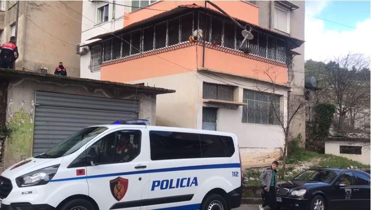 U hodh nga kati i pestë i një pallati, humb jetën 40-vjeçarja në Gjirokastër