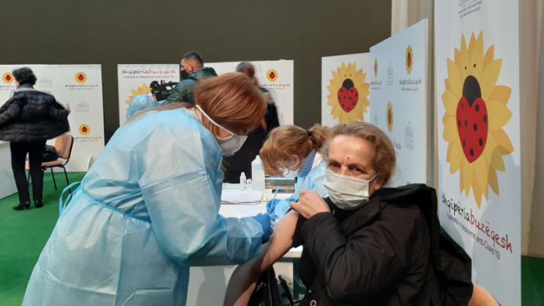 300 mjekë dhe infermierë të Kosovës vaksinohen në Kukës, Syla: Procesi mbyllet të shtunën