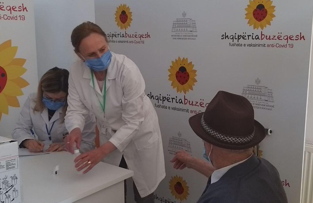 Vazhdon vaksinimi i të moshuarve mbi 90 vjeç në Kukës, pensionisti: Nuk kam frikë, i kam bërë vitet