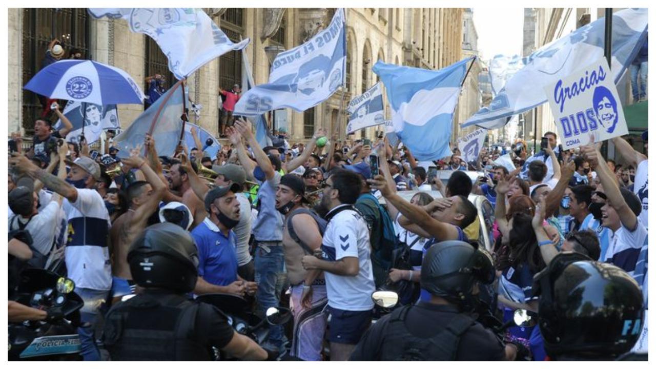 VIDEO/ Argjentina vajton ende Maradonën, mijëra protestues zbresin në shesh