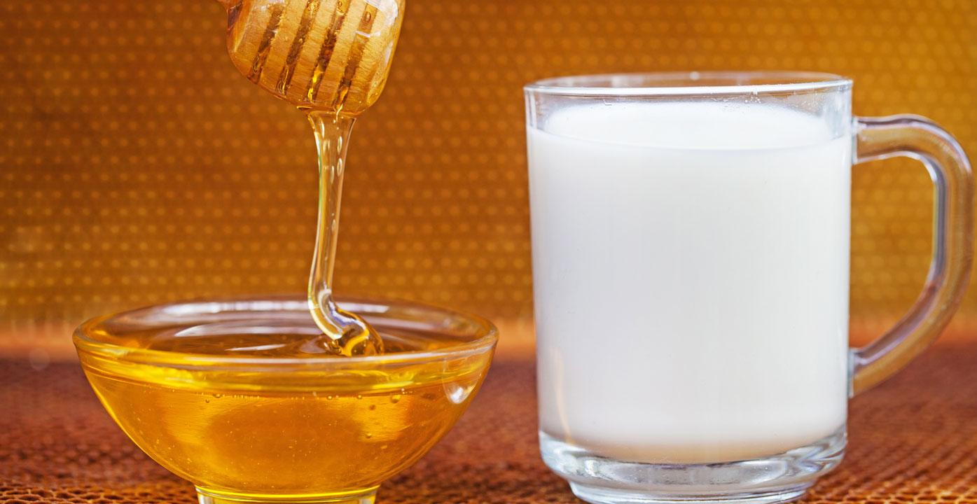Kombinimi i mjaltit me qumësht ju duhet për flokët tuaj