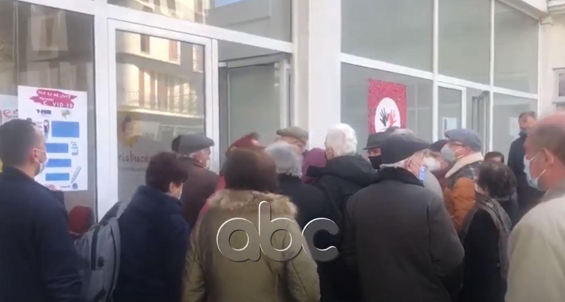 Vaksinohen të moshuarit në Korçë, pensionisti: E kalova Covid, por ndihem më i sigurtë me vaksinën