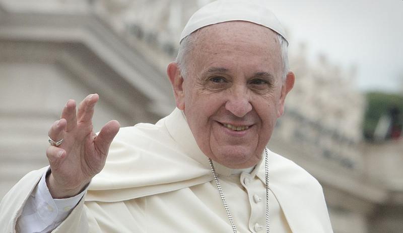 Papa Francesku mesazh Metës nga qielli mbi Shqipërinë