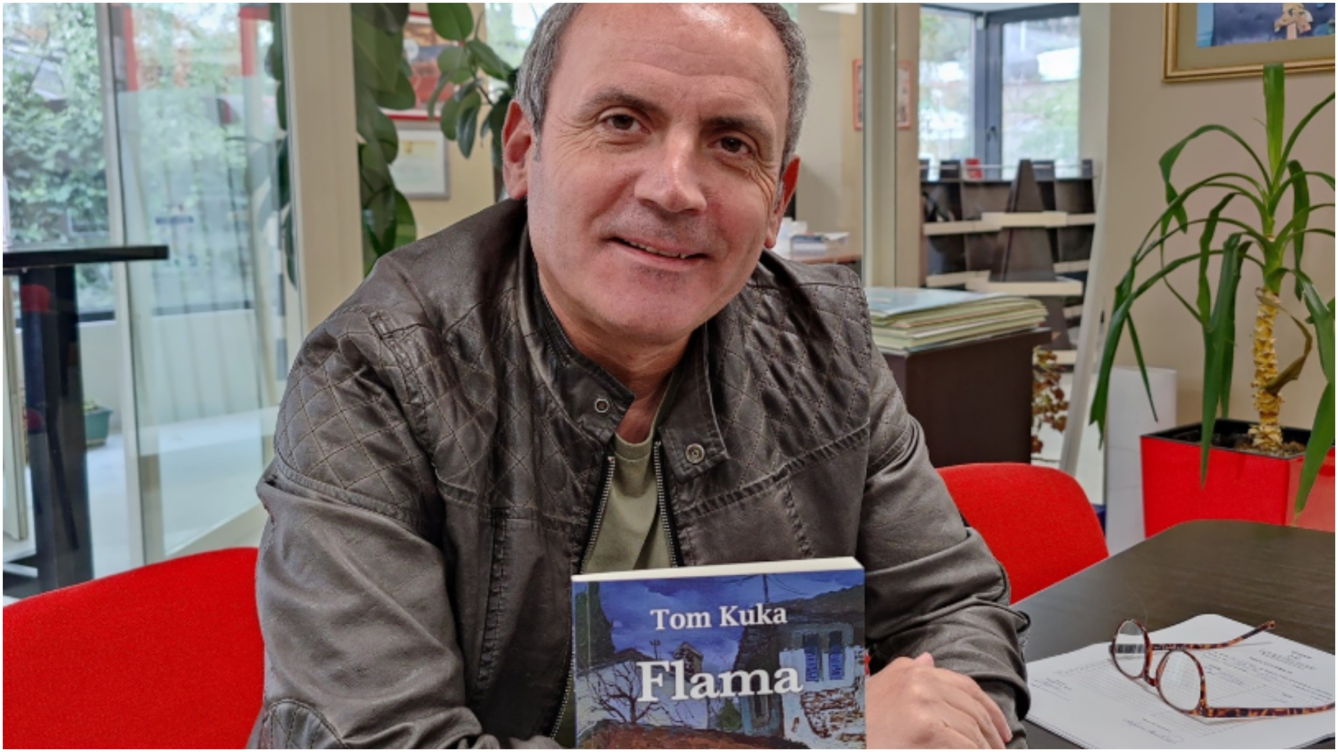 """Flama"", libri i ri që rikthen Enkel Demin si Tom Kuka"