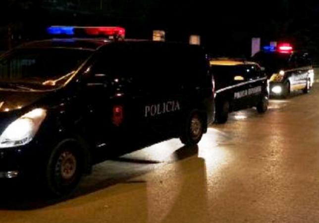 Konfliktohen me sende të forta dy të rinj në Tiranë, një i lënduar