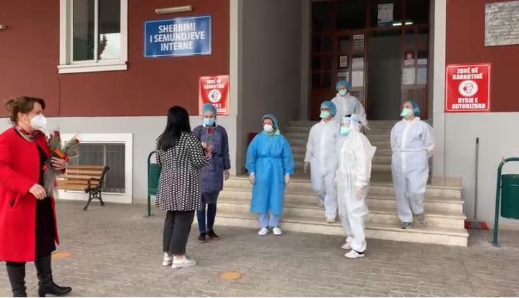 Dita Ndërkombëtare e Gruas, lule për mjeket dhe infermieret tek Infektivi në Elbasan