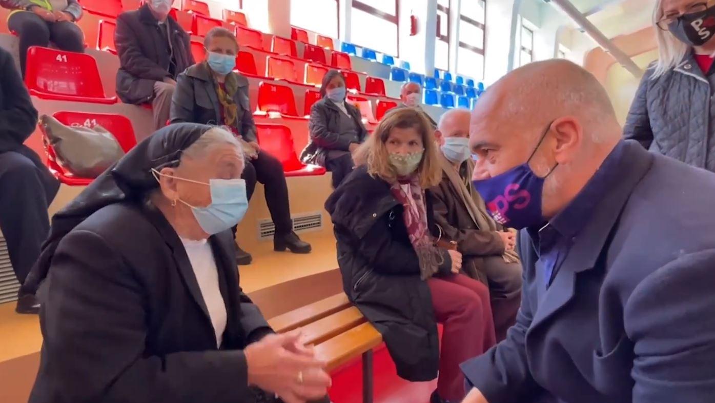 Rama me të moshuarit e vaksinuar në Rrëshen: Ju kemi futur ushtarë në trup, bëni kujdes