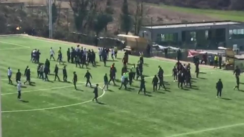 VIDEO/ Sherri i paprecedentë te moshat, grushte mes prindërve e futbollistëve