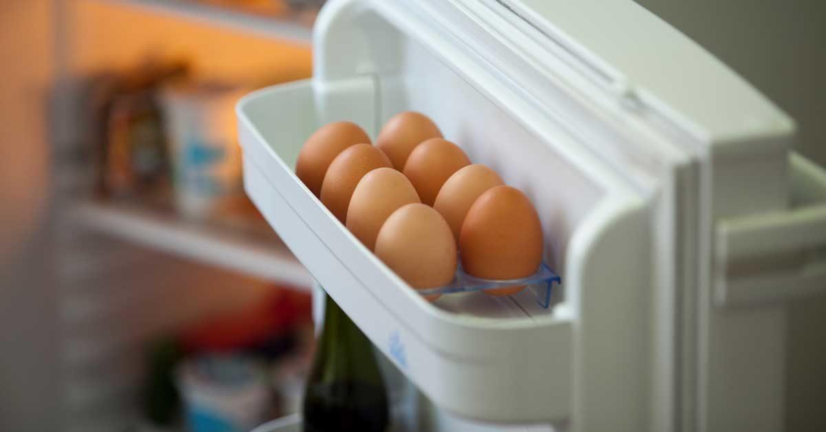 Pse nuk duhet t'i mbani vezët në derën e frigoriferit?