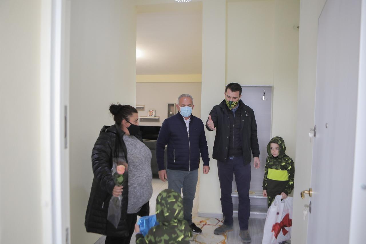 Veliaj, vizitë për 8 Mars në shtëpinë e Miranda Shelqizit: Ne kandidojmë Luljetën dhe Najadën, ata Saliun dhe Flamur Nokën