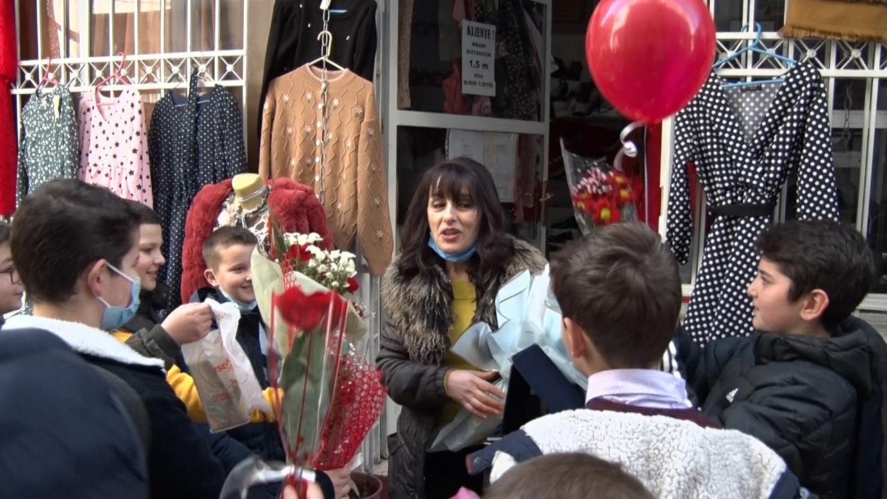 """Nxënësit e shkollës """"Besëlidhja e Lezhës"""", i bëjnë surprizën e këndshme mësueses për 7 mars"""
