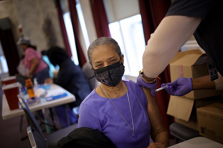 Një në katër të rritur në SHBA janë tashmë plotësisht të vaksinuar për Covid-19