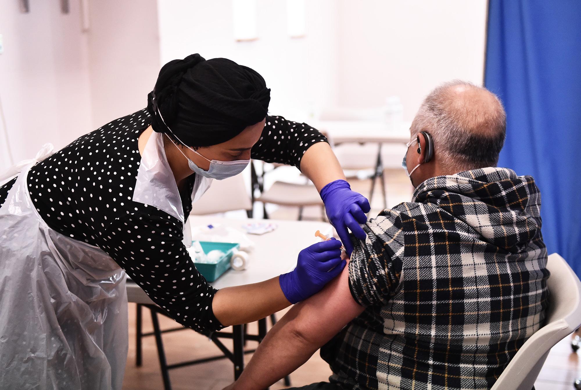 Dritë jeshile në Britani, grupmoshat më të rrezikuara kanë marrë një dozë të vaksinës anti-Covid