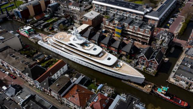 Superjahti gjigant futet mes për mes kanaleve të ngushta holandeze