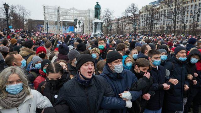 Mbi 1,000 të arrestuar në Rusi ndërsa vijojnë protestat për lirimin e liderit të opozitës