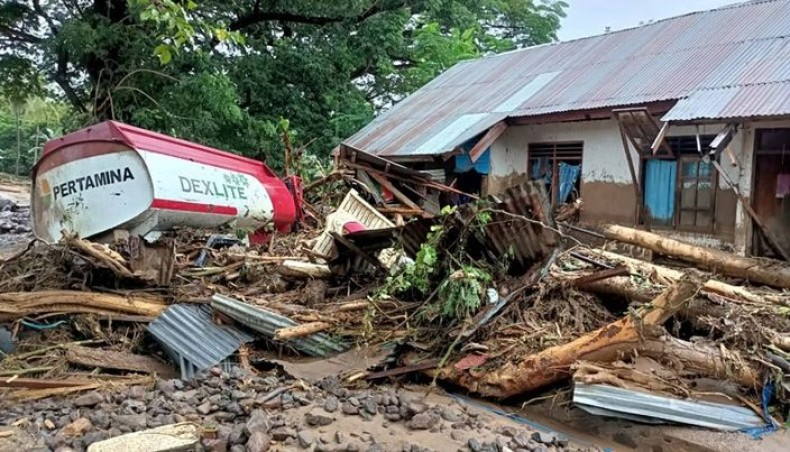 Përmbytjeve në Indonezi humbin jetën 71 persona