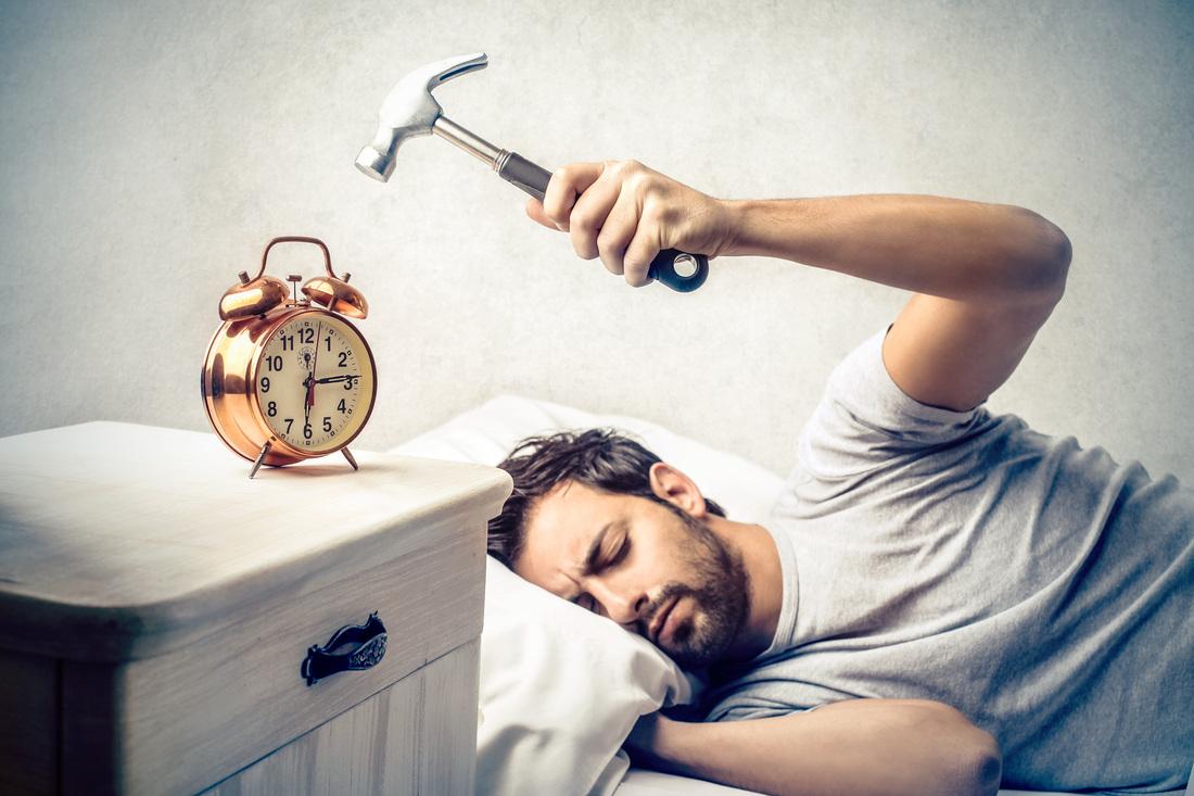Si të zgjoheni pa u mbështetur te alarmi