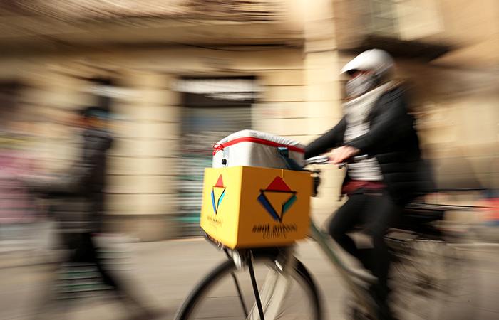 Trendi më i fundit: Gratë e Barcelonës rizgjojnë biznesin e shpërndarjes me biçikleta