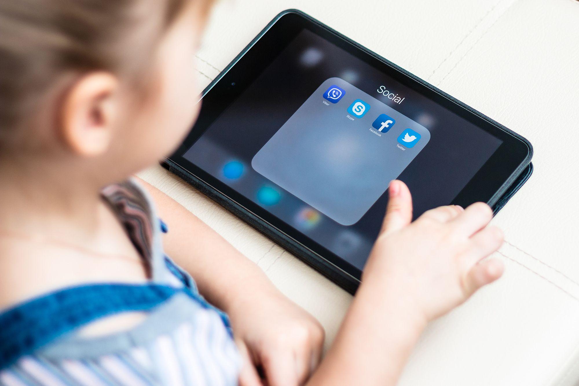 Studimi: Fëmijët që kalojnë shumë kohë në rrjetet sociale kanë probleme me çrregullimin e ngrënies