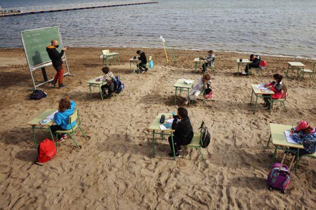 1 vit nga pandemia, fëmijët spanjollë nisin mësimin në plazh
