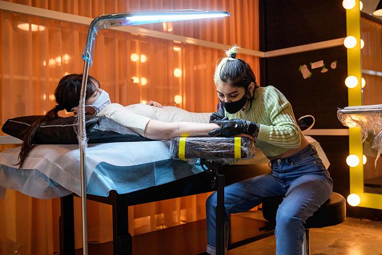 Risia më e fundit në New York: I riu krijon tatuazhe që zhduken plotësisht pas një kohe