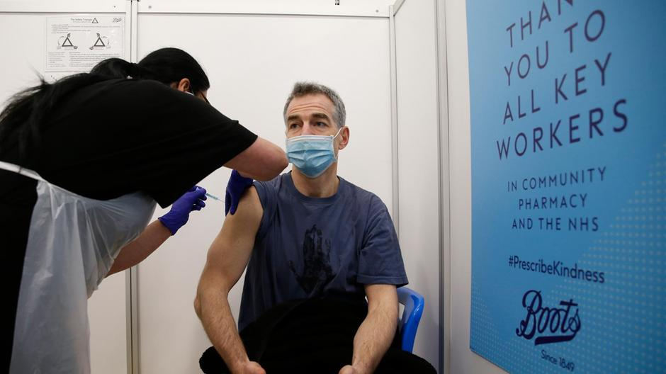 Një dozë e vaksinës Covid-19 ul përhapjen e virusit në familje deri në 50%