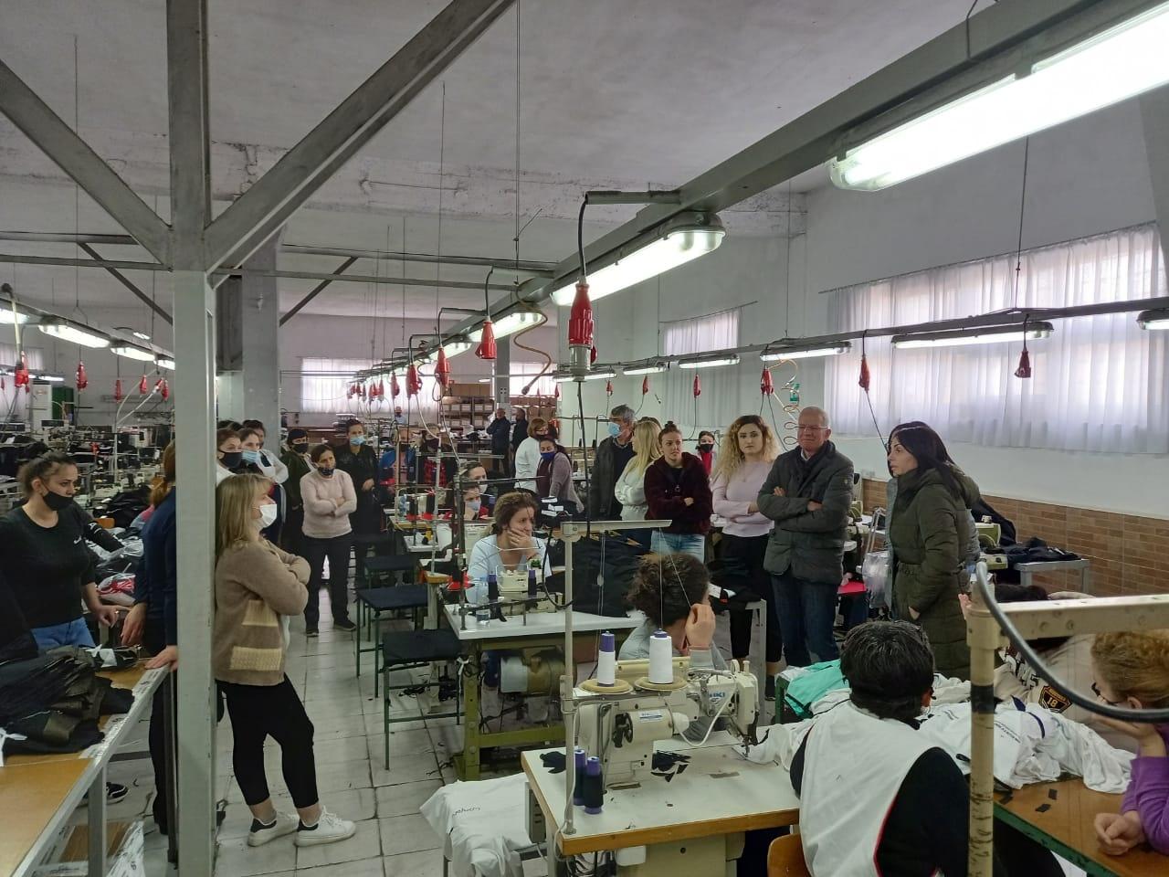 Xhaferaj, takim me punonjësit e fasonerisë në Shkozet: Qeveria Basha do të ulë çmimin e energjisë elektrike