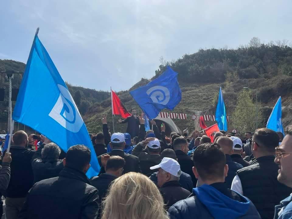 """""""Rama ik"""", demokratët e presin me brohoritje, Basha mbi makinë: E mbajta fjalën për tunelin e Krrabës"""