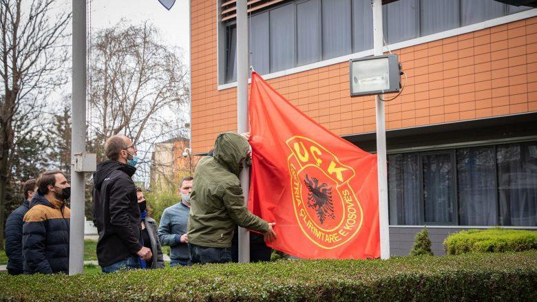 PSD vendos flamurin e UÇK-së në oborrin e Presidencës