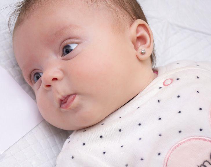 Pse të shponi veshët e foshnjës tuaj nuk është një ide e mirë