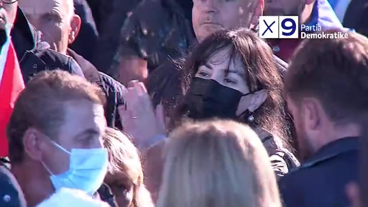"""FOTO/ Aurela Basha mes demokratëve, bën """"tifo"""" për të shoqin në takimin përmbyllës"""