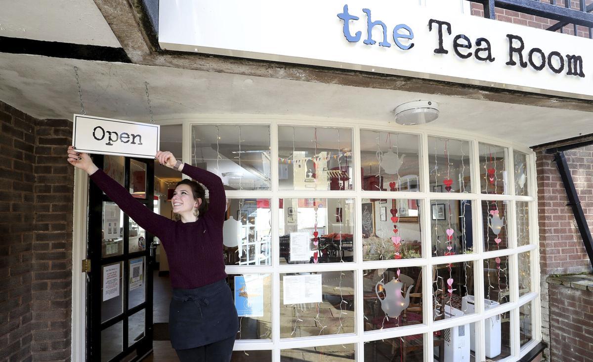 Përmirësohet situata pandemike në Britani, hapen dyqanet dhe baret