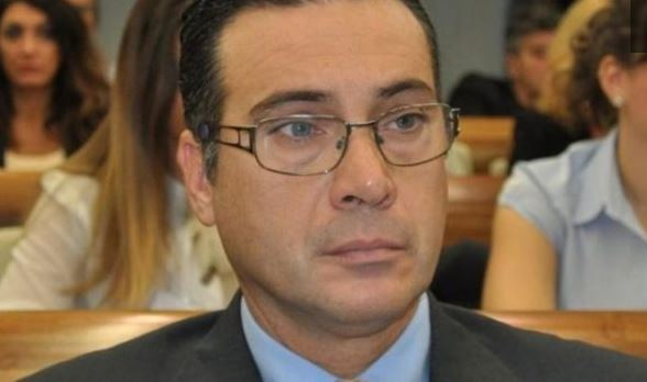 Oficeri italian i arrestuar për spiunazh, bashkëshortja: Ishte i dëshpëruar për para