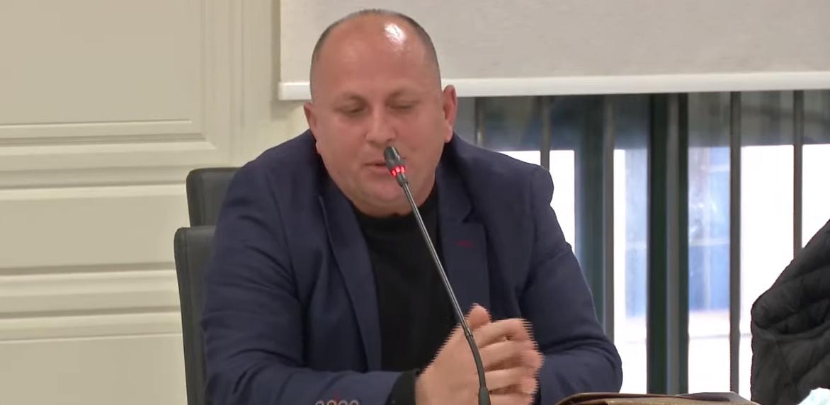 Debat në Komisionin Rregullator, zyrtari i PDIU përplaset me të LSI-së: Mos më trego rregulloren mua