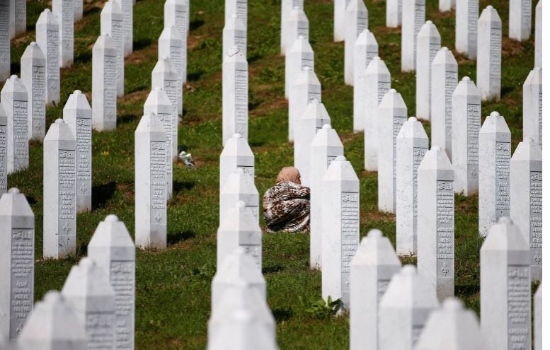 Mohoi gjenocidin e Srebrenicës,  ministri i Malit të Zi rrezikon shkarkimin