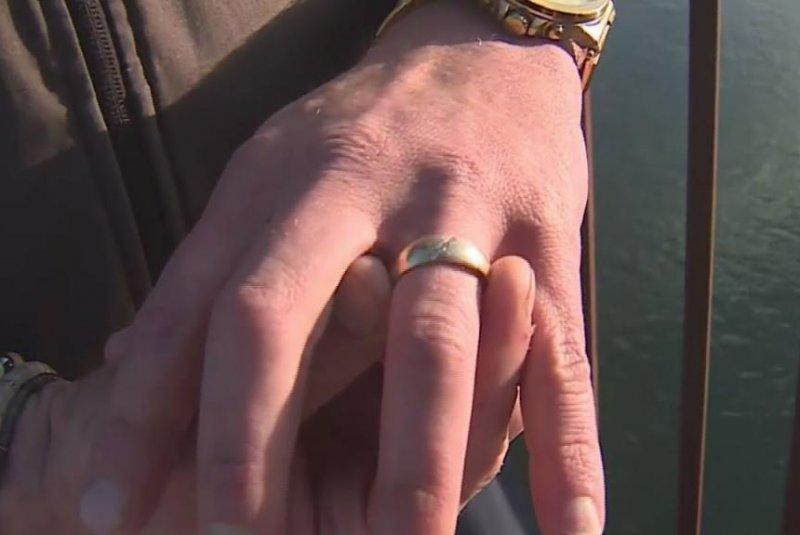 VIDEO/ Zhytësi gjen një unazë ari në lum, gjurmon pronarin dhe ia kthen
