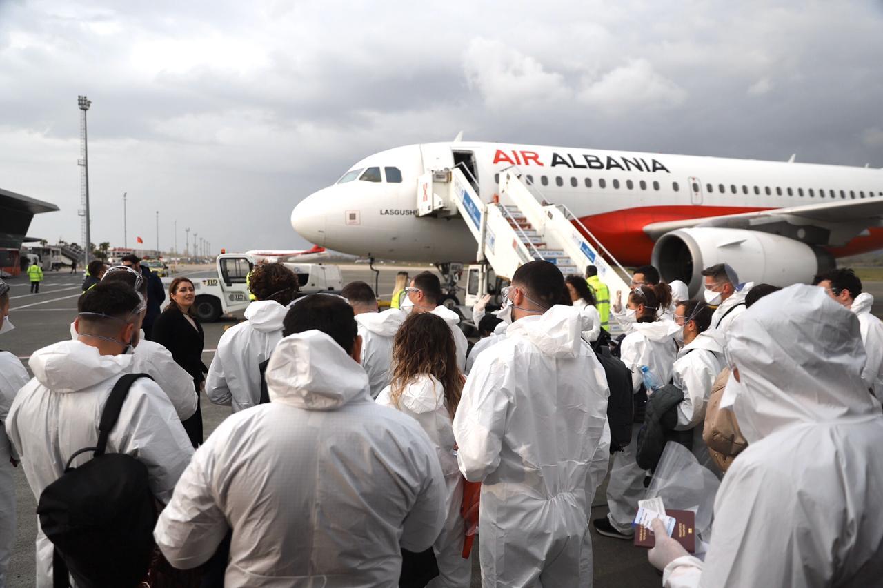 Mjekët e infermierët që shërbyen në Itali përfituan 307 mijë lekë bonus, po këto në Shqipëri?