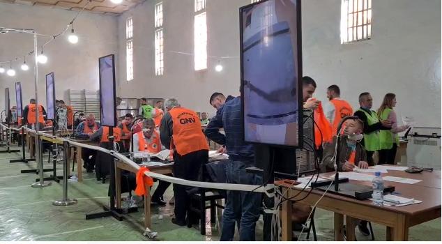 Debate për fletët e pavlefshme, ndërpritet numërimi prej orësh në KZAZ 22 në Durrës
