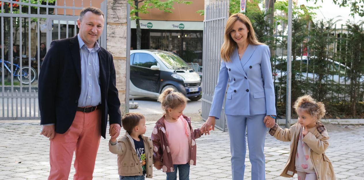 FOTO/Jorida Tabaku shfaqet në qendrën e votimit me vajzat binjake dhe djalin 1-vjeçar