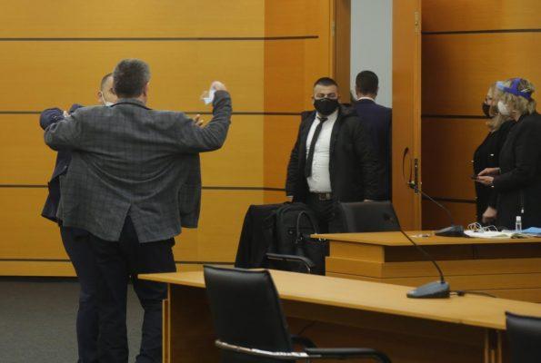 """E """"fundosi"""" pasuria, prokurori ndjek trupën gjykuese pasi e shkarkuan: Ku do më çoni tani?!"""