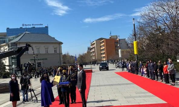 Vjosa Osmani merr zyrtarisht detyrën e presidentes së Kosovës